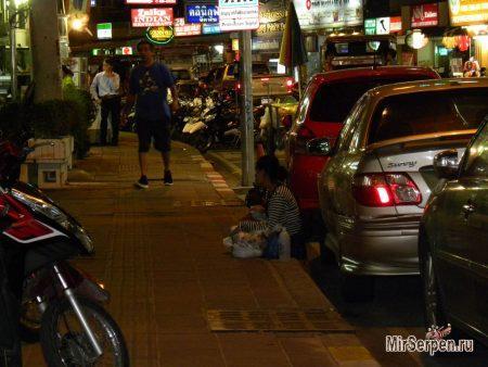 Фото дня: Женщина с ребенком из Камбоджи на улице Паттайи