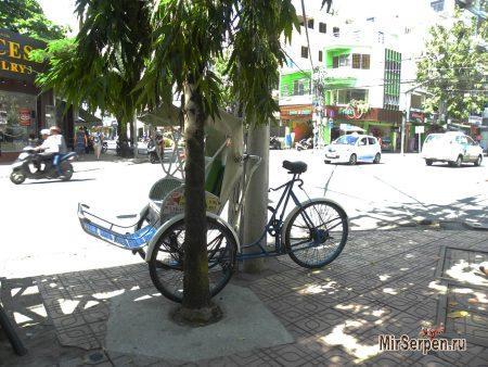 Почему во Вьетнаме вручную стирают и подметают улицы