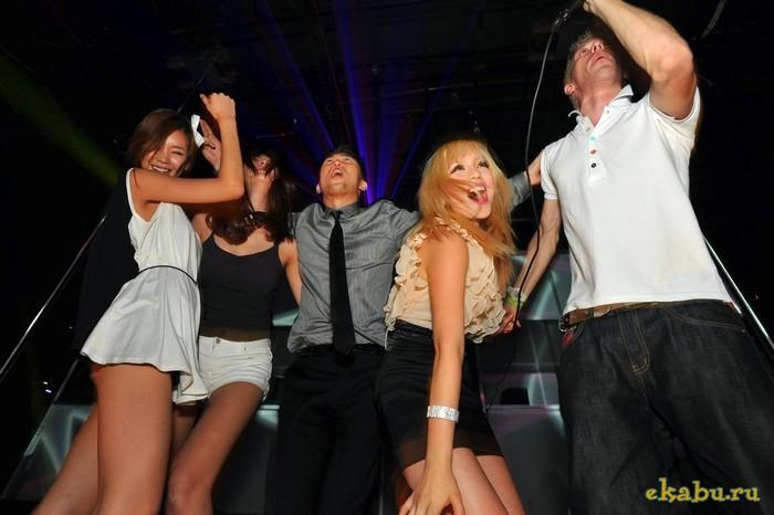 телки зажигают в ночном клубе