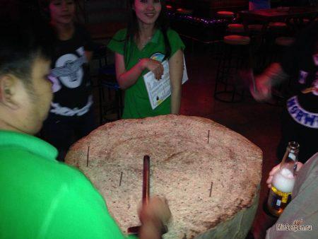 Тайская игра с забиванием гвоздей