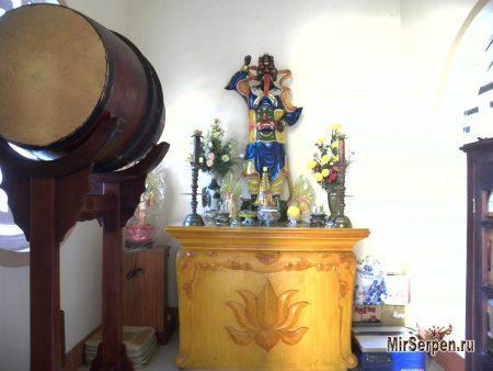Побывать в маленьком монастыре Chùa Thiên Hòa в Нячанге