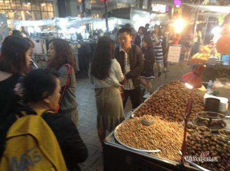 Вечерний стрит-фуд в районе Мёндон, Сеул