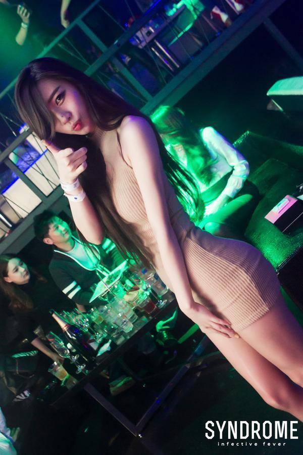 Азиатская девушка в баре знакомится сама?!